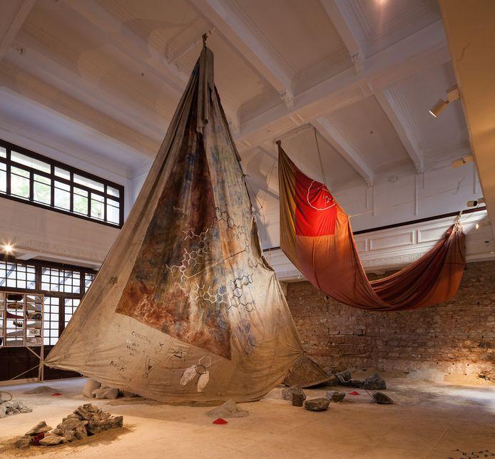 De Egyptische Anna Boghiguian toont voor haar eerste solotentoonstelling in het S.M.A.K. onder meer een grootschalige nieuwe installatie, geïnspireerd op de industriële geschiedenis van de Gentse regio.