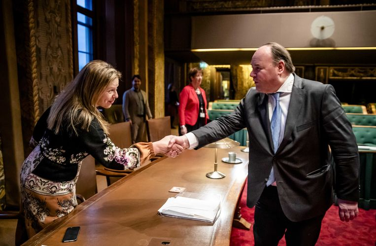 Minister Carola Schouten van landbouw, natuur en voedselkwaliteit (ChristenUnie) schudt de hand van Henk Otten (Fractie Otten) voorafgaand aan het debat in de Eerste Kamer over de spoedwet met stikstofmaatregelen.  Beeld ANP