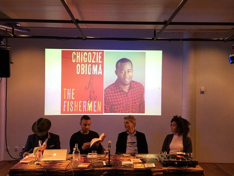 Ikenna Azuike leest voor uit The Fishermen, vier broertjes die geen advocaat of bankier willen worden, maar vissers. Beeld fb