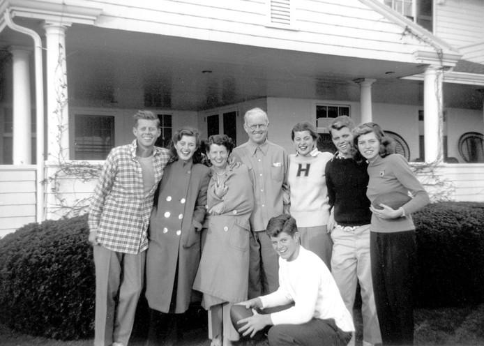 De Kennedy's poseren voor een foto in Hyannis Port. Van links naar rechts: John F. Kennedy, Jean Kennedy, Rose Kennedy, Joseph P. Kennedy Sr., Patricia Kennedy, Robert F. Kennedy, Eunice Kennedy en op de voorgrond Edward M. Kennedy.