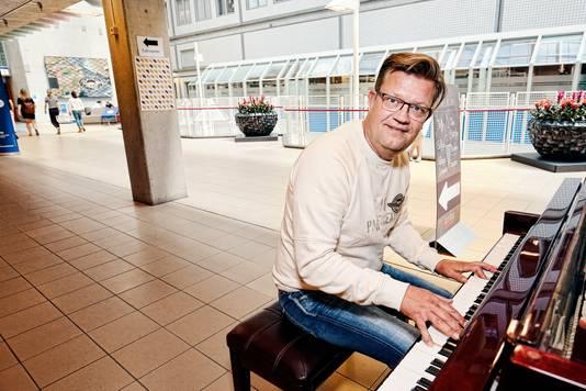 Erwin speelt geregeld een uurtje piano in de hal van UMC.