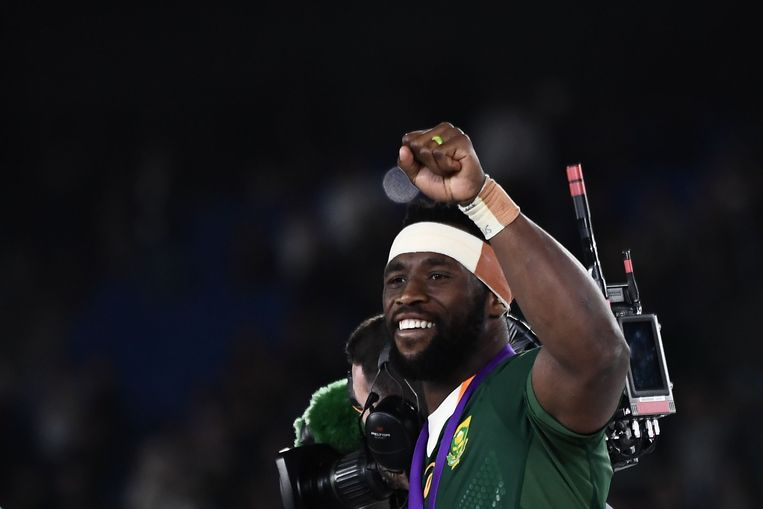 Siya Kolisi viert de overwinning tegen Engeland. Beeld AFP