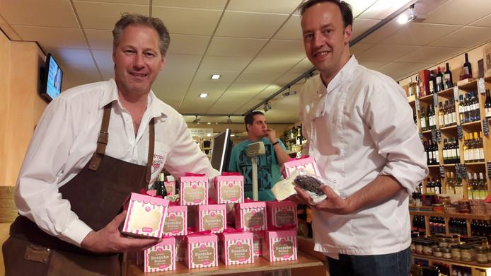 Benny Bouwmans (links) en Jules Lauwerijssen met pakketten om zelf Bossche Bollen te maken.