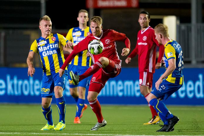 Almere City FC speler Jeffrey Rijsdijk(midden) vertrekt naar Kozakken Boys.