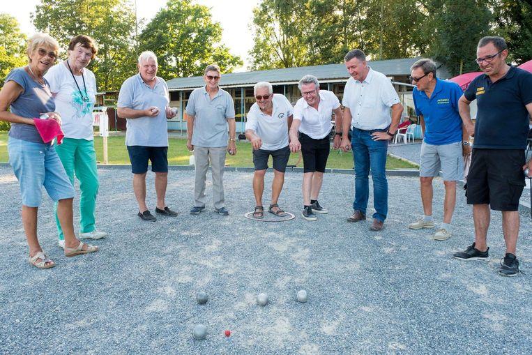 Het bestuur van PC Berg, enkele leden, burgemeester Leaerts en schepen van Sport Imbrechts speelden de nieuwe banen in.
