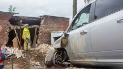 Zware terreinwagen boort zich in bijgebouw na botsing op Steenweg Asse