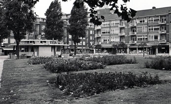 De markante poffertjeskraam in 1970, naast een klein parkje aan de Meent.