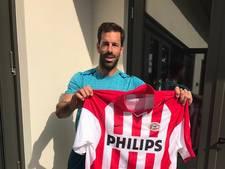 Ruud van Nistelrooij signeert shirt voor veiling Samenloop voor Hoop in Heesch