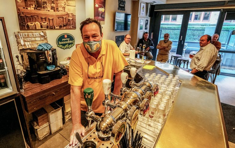 Eric Catteeuw van Troubadoertje is blij dat hij weer aan de slag kan, met mondmasker op.
