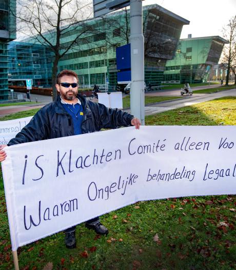 Mohsin Saeed rolt zijn spandoeken uit bij de Radboud Universiteit: Ik ben gezakt vanwege mijn huidskleur
