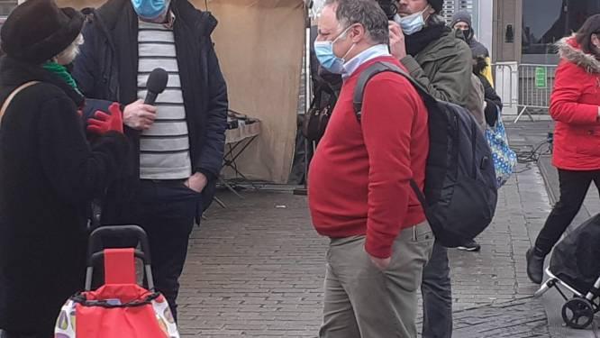 """Marc Van Ranst deelt bier uit op Izegemse zaterdagmarkt: """"Alles verliep coronaproof, heisa is nergens voor nodig"""""""