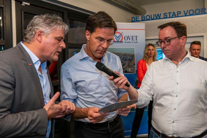 Dow Terneuzen-siteleader Neldes Hovestad in gesprek met minister-president Mark Rutte in Terneuzen, rechts VVD-campagneleider Wilfried Boonman.