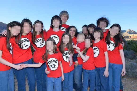 De horrorouders met hun dertien kinderen.