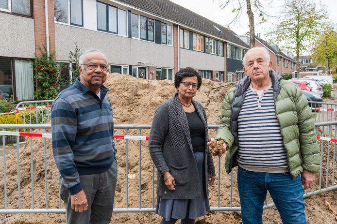 John en Lila Matawlie en Egbert Olsman bij de berg zand waar de gemeente afgelopen zaterdag een hek omheen heeft geplaatst.