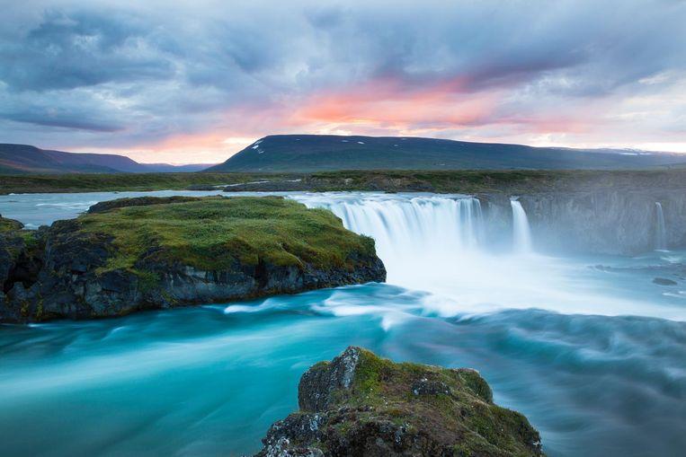 Goðafoss, een van de grootste watervallen van IJsland en een prachtige plek om de zon te zien ondergaan.