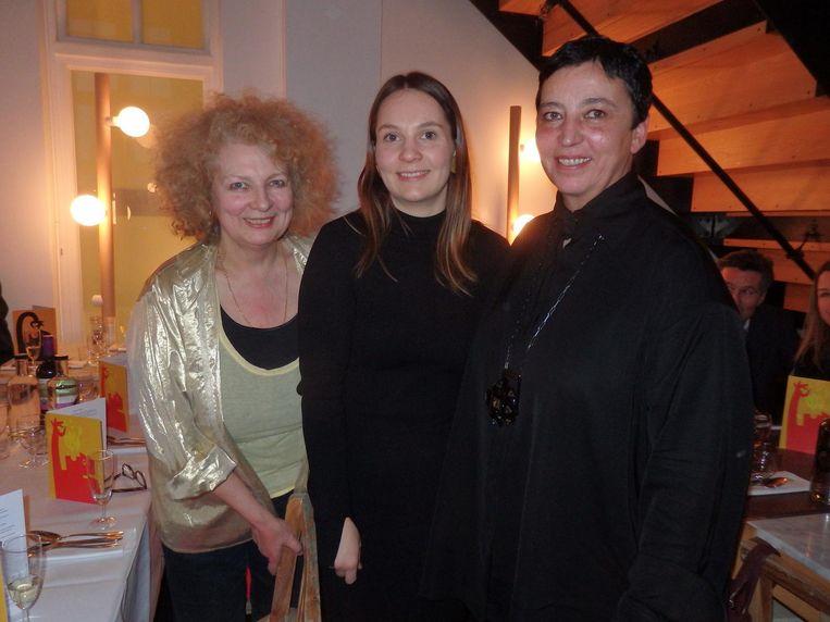 Kunstenares Marlene Dumas, Josefina Eck, het petekind van oud-Stedelijk Museumdirecteur Beatrix Ruf en Beatrix Ruf zelf, hier wel Beeld Schuim