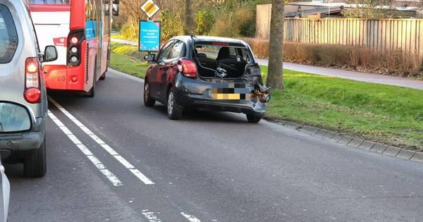 Flinke schade en weg deels dicht na ongeluk met twee autos in Hengelo.