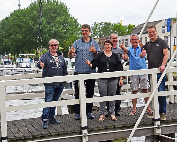 Werkgroepleden van de stichting Ondernemers Kanaalzone-Zuid willen Sas van Gent promoten.
