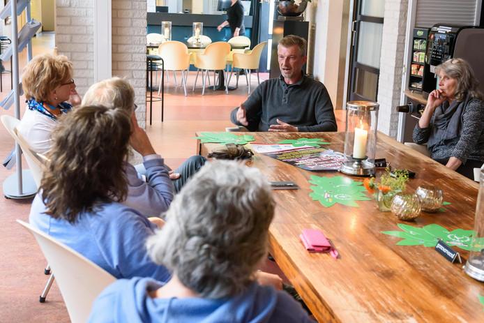 Gesprekken over cannabis tijdens de eerste bijeenkomst van de Social Club Hof van Twente.
