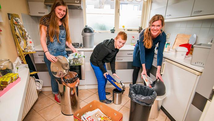 Het gezin Kreeberg heeft het maar druk met het scheiden van hun afval. Wat te doen met een kapotte maillot,een waxinelichtje, de lucifer, het wattenschijfje?