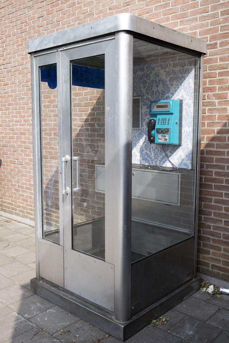 De verbouwde telefooncel staat op de speelplaats van de school.