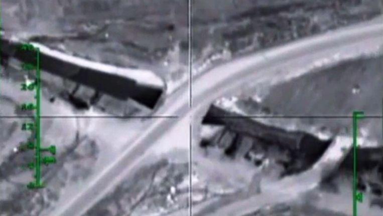 Een still uit videomateriaal van het Russische ministerie van Defensie. De video laat zien hoe een Russisch vliegtuig een - zo zegt Rusland - munitievoorraad van terroristen vernietigt. Beeld epa