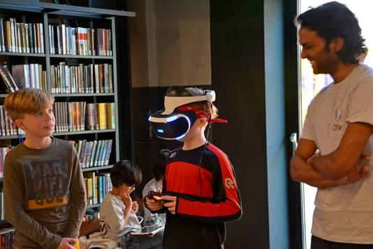 Er staan arcadekasten, oude pc's waar besturingssysteem DOS (inclusief spellen) nog op draait en mensen kunnen een VR-bril uittesten.
