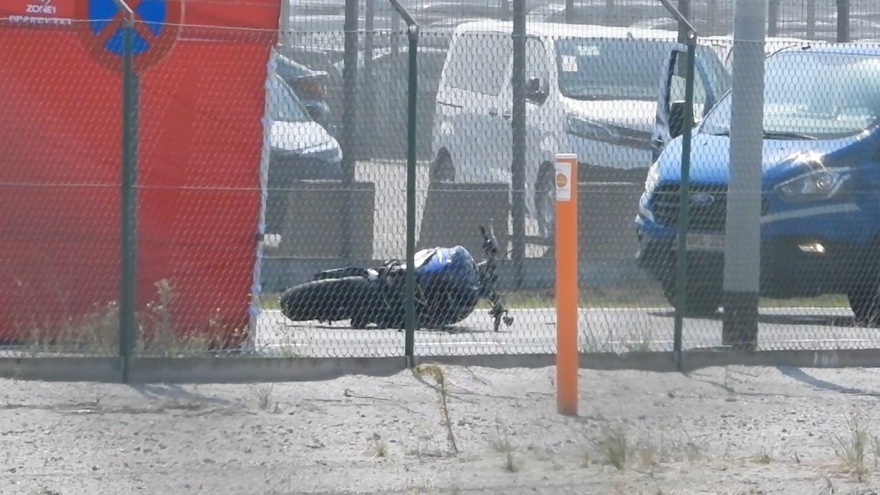 De motard kwam door de klap ten val.