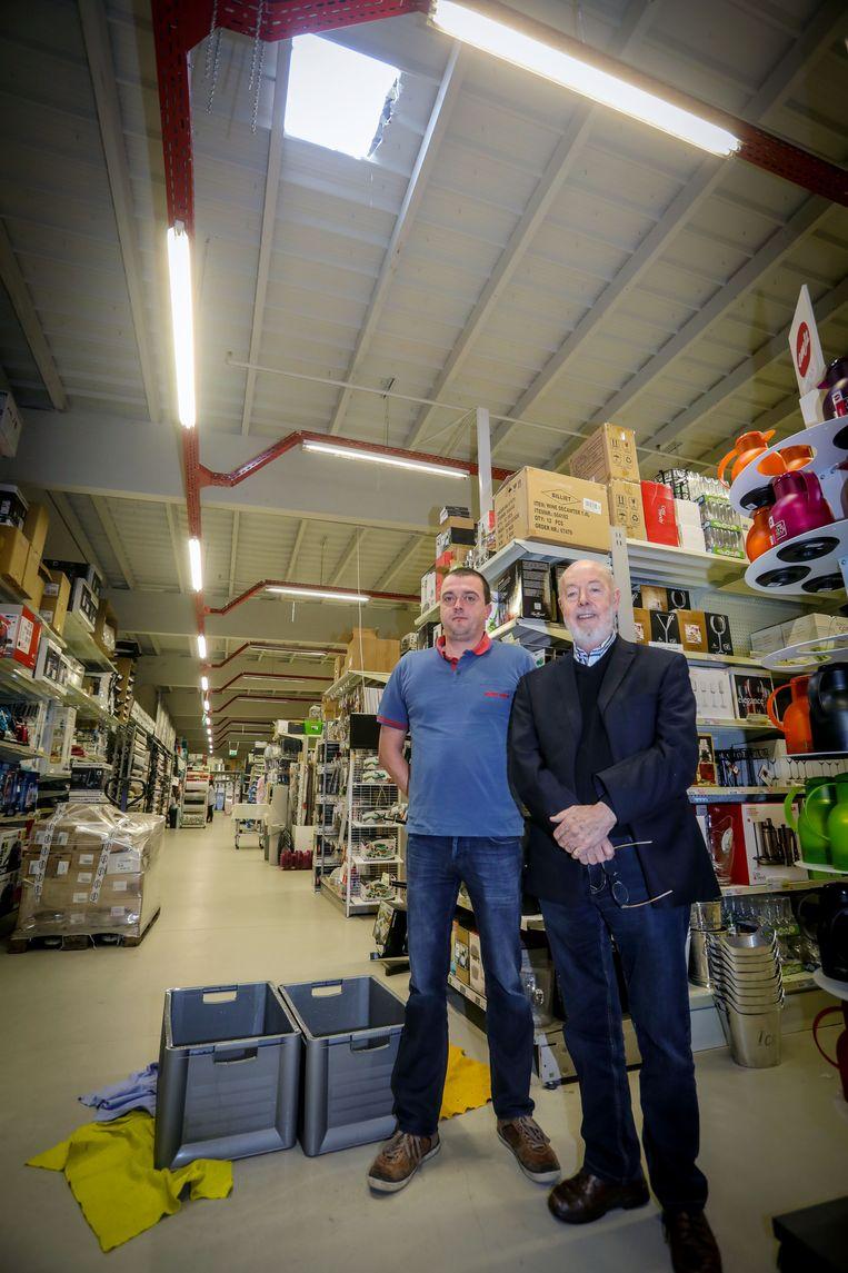 Winkelverantwoordelijke Ruben Bailleul en eigenaar Daniel Kerckhof onder het gat waar door inbrekers eind 2017 binnen drongen.