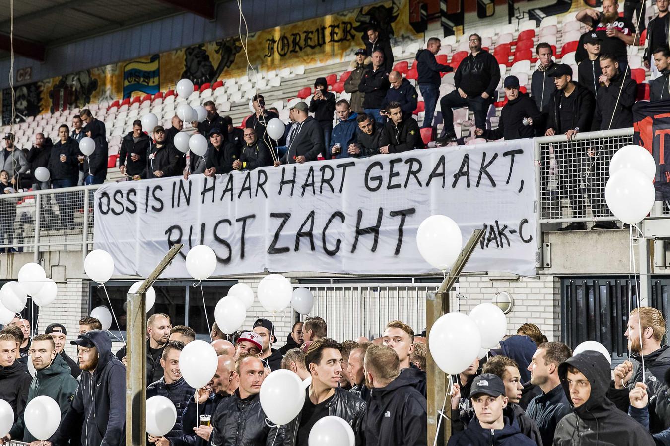 TOP Oss-supporters met witte ballonnen voorafgegaan aan de wedstrijd tegen Sparta.