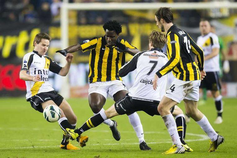 Bony in duel met spelers De Roover (links), en Luijckx van NAC Breda. Beeld anp