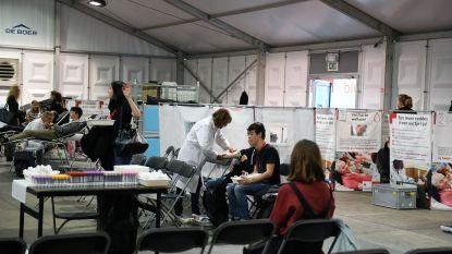 Studenten geven massaal bloed in tent