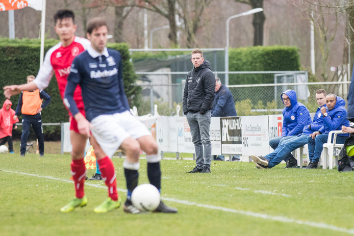 Rogier Veenstra (midden) volgt de verrichtingen van zijn ploeg in het duel met Quick. Rechts van hem teammanager Ron Amperse, stagiair Kevin Hollander en assistent-trainer John Livramento.