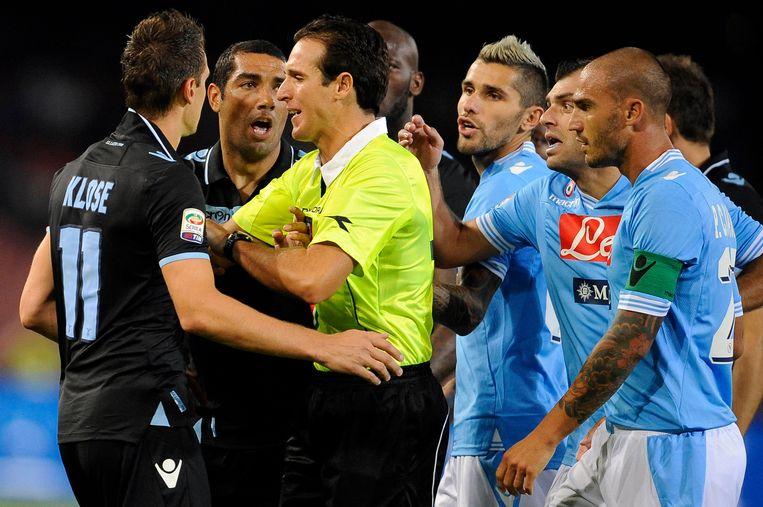 Luca Banti in actie tijdens het Serie A-duel tussen Napoli en Lazio. Beeld ap