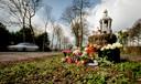 Bloemen en kaarsjes in 2016 op de plek langs de Nieuw-Loosdrechtsedijk waar de 19-jarige Fleur werd doodgereden.