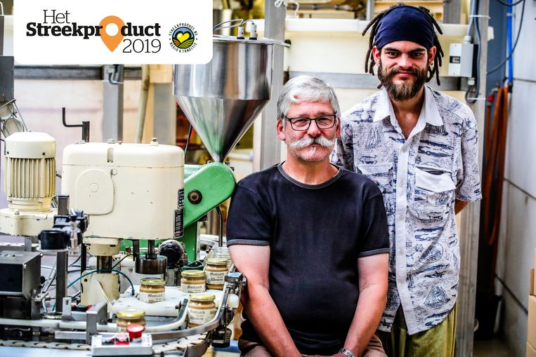 Piet Wostyn en zijn zoon Ilja in hun atelier.