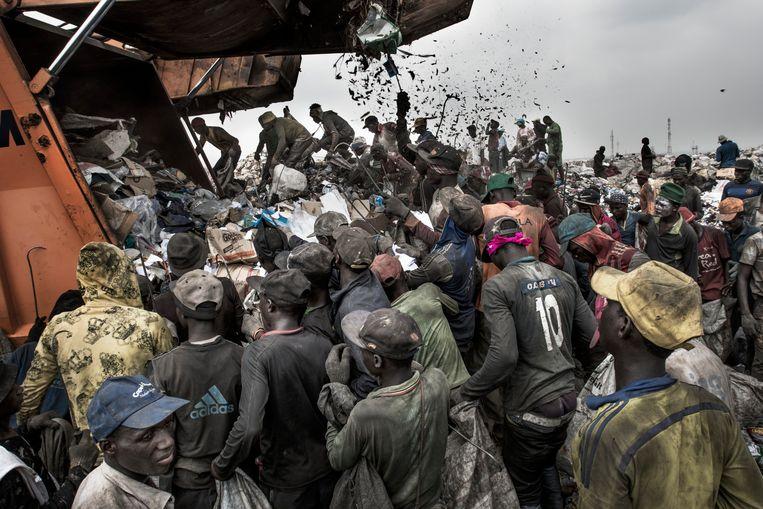 Een vuilniswagen arriveert op de Olusosun vuilnistbelt in Lagos, Nigeria.  Beeld Kadir van Lohuizen