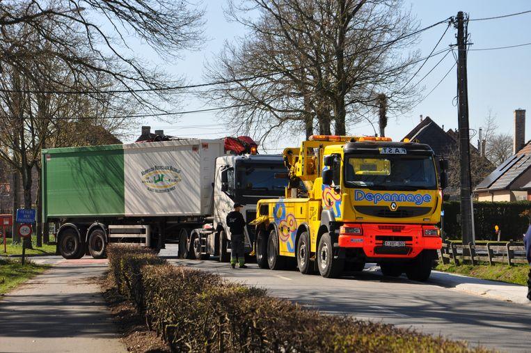 De aanrijding gebeurde toen de vrachtwagen de Steenweg op wilde draaien.