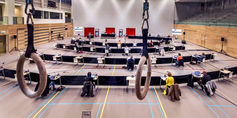 De gemeenteraad van Alkmaar kiest voor fysieke vergaderingen. In sporthal De Meent vond gisteravond de eerste anderhalvemetervergadering plaats. Beeld Raymond Rutting / de Volkskrant