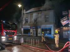 Bewoners vluchten balkon op tijdens nachtelijke brand in elektronicawinkel Bemmel