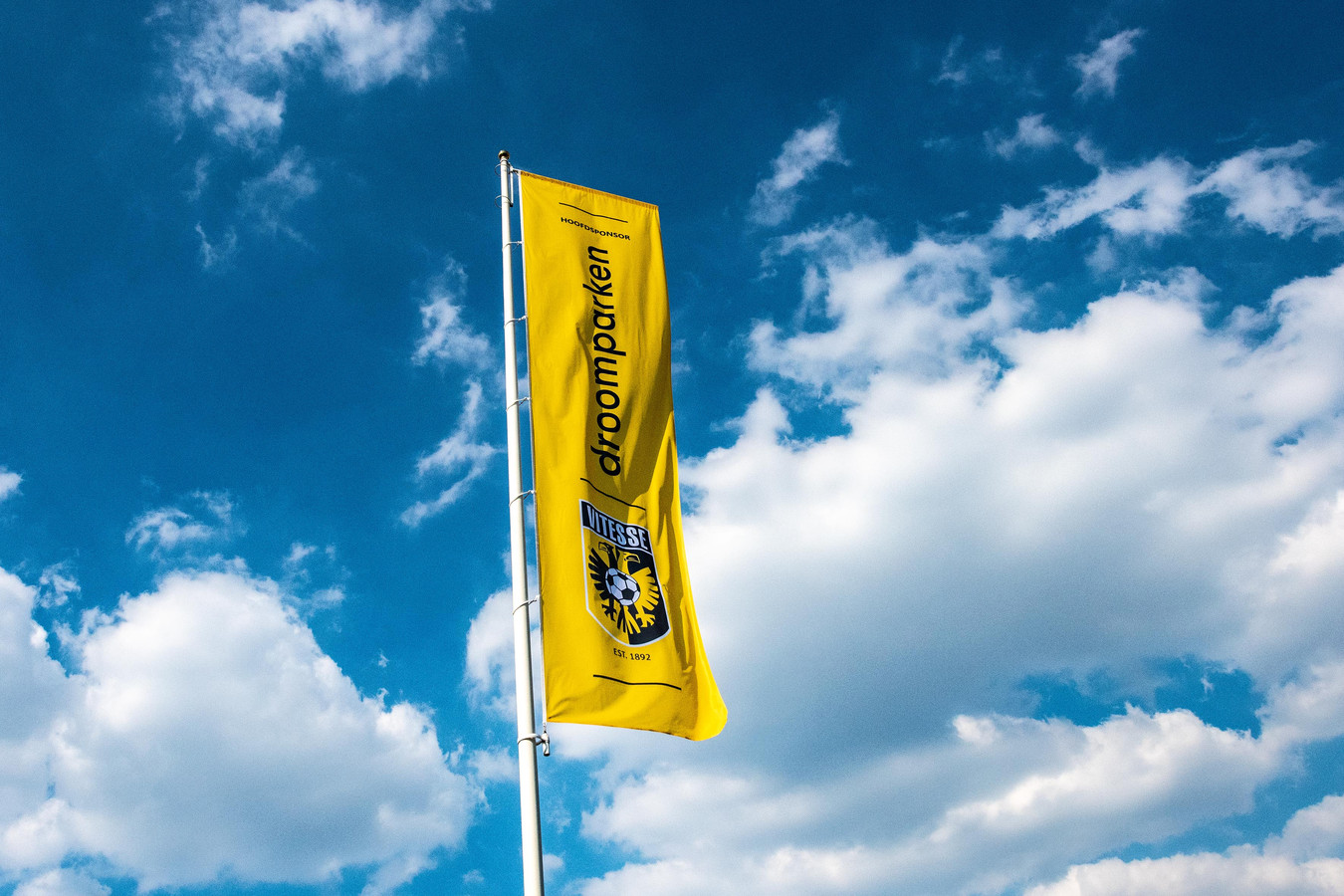 Een vlag van Droomparken en Vitesse bij stadion GelreDome in Arnhem.