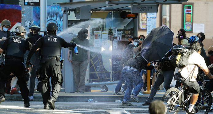Politie spuit pepperspray op de demonstranten in Seattle.