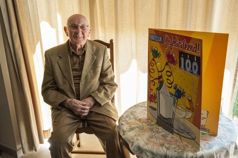 Albert Sansen bij een supergrote wenskaart voor zijn honderdste verjaardag.