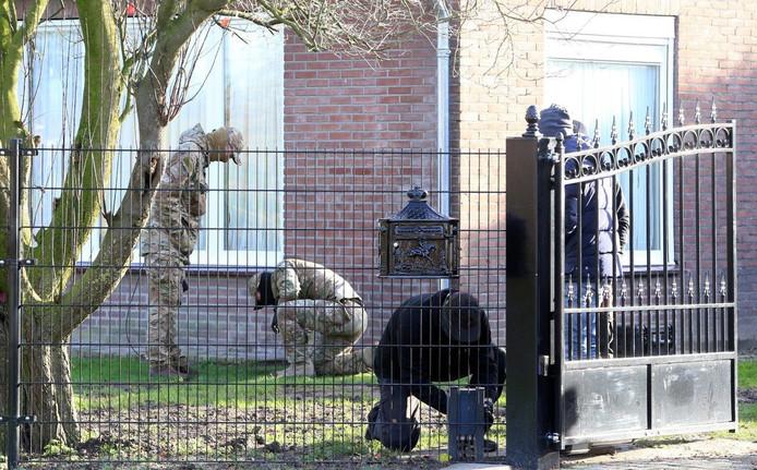 Gemaskerde mannen van Defensie doorzoeken het terrein.