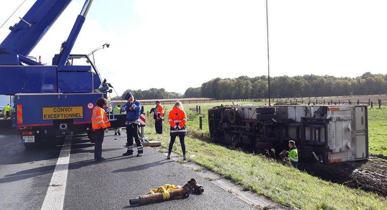 In Aalter belandde een vrachtwagen in de berm. Om hem te takelen, werd een hoogtewerker ingeschakeld.