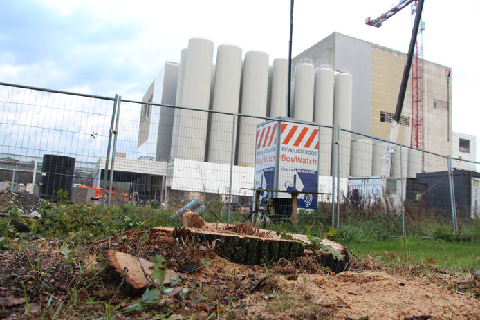 Foto uit 2014 van de bouw van de huidige melkpoederfabriek van FrieslandCampina in Borculo. Het zuivelconcern wil op hetzelfde terrein een tweede productietoren bouwen.
