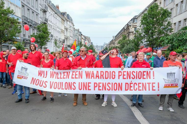 Een protestmars tegen de pensioenplannen van de federale regering lokte gisteren tienduizenden betogers naar Brussel.
