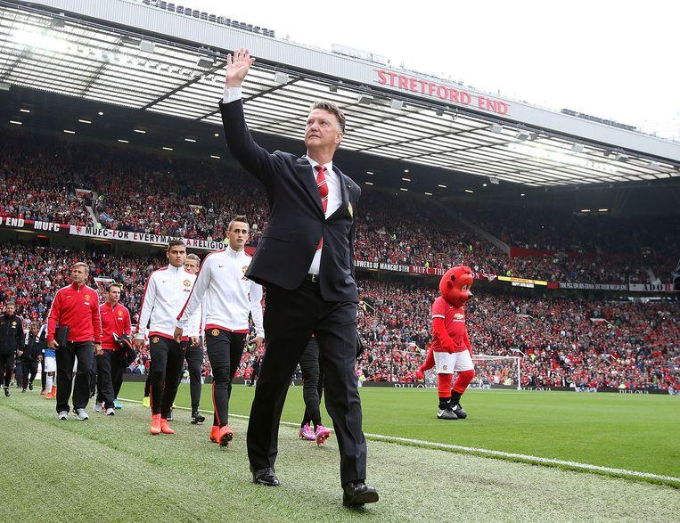 Louis van Gaal zwaait naar het publiek op Old Trafford. Beeld null