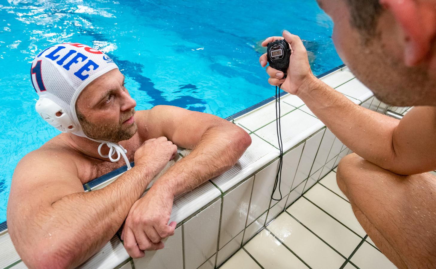 Joeri van Bon krijgt zijn tijd te horen over de 50 meter sprint, een van de trainingsonderdelen van het waterpoloteam.