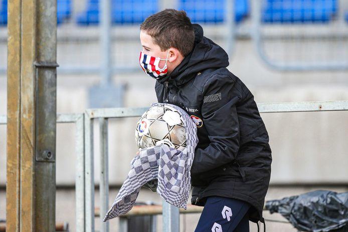 Willem II laat niets aan het toeval over. Een ballenjongen ontsmet de bal. Maar toch eist het virus zo nu en dan in de spelersgroep en staf een slachtoffer.
